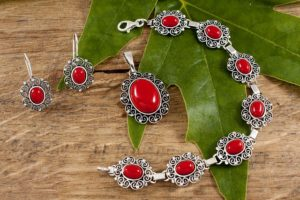 Jak wybrać komplet biżuterii?