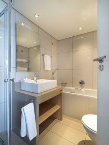 Jak urządzić małą łazienkę? Postaw na praktyczne rozwiązania